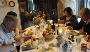 Pasqua al risparmio, boom di dolci fatti in casa  (foto Ansa)