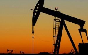 Petrolio a 70-80 dollari: la previsione di Descalzi, ad Eni