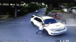 Guarda la versione ingrandita di VIDEO Filippine, brutale omicidio di gangster in strada