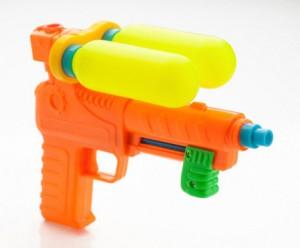 Lo bagnano con la pistola ad acqua: lui li accoltella