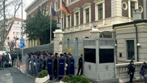 Guarda la versione ingrandita di Istanbul, agenti cingono consolato Germania: così si fa