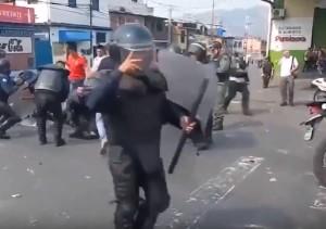 Venezuela, manifestanti investono poliziotti con bus