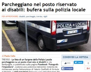 Guarda la versione ingrandita di Treviso, auto polizia su posto disabili FOTO: polemica