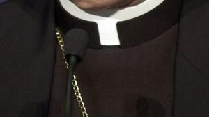 Strigno, manifesti contro il parroco che ospita i migranti