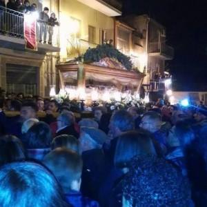 San Michele di Ganzaria, processione passa davanti casa boss