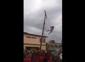 YouTube, Gesù cade dalla croce durante processione e...