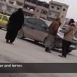 YOUTUBE Donne girano per Raqqa e filmano Isis in segreto 2