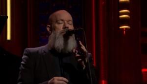 Michael Stipe dei R.E.M. canta David Bowie