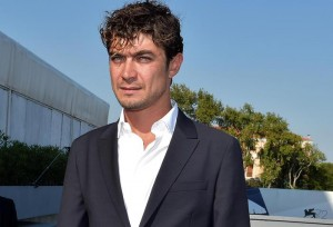 Guarda la versione ingrandita di Italian actor Riccardo Scamarcio poses during a photo call during the 72nd annual Venice International Film Festival, in Venice, Italy, 10 September 2015. The  festival runs from 02 September to 12 September.  ANSA/CLAUDIO ONORATI