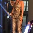 Rihanna a Miami: sexy abito dorato, cosce scoperte