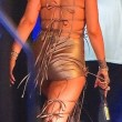 Rihanna a Miami: sexy abito dorato, cosce scoperte2