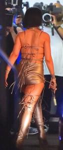 Rihanna a Miami: s**y abito dorato, cosce scoperte2