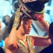Rihanna a Miami: sexy abito dorato, cosce scoperte3