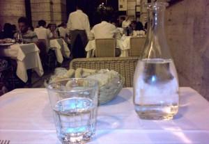 Pesaro, detersivo al posto di acqua al ristorante: 2 gravi
