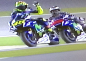 YOUTUBE Moto Gp, Lorenzo pole. Tensione in pista con Rossi