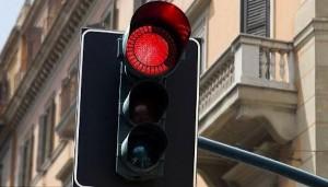 Passi col rosso al semaforo? Non paghi multa se...