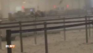 Guarda la versione ingrandita di Bruxelles, aeroporto: passeggeri sotto choc dopo bombe
