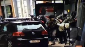 Guarda la versione ingrandita di Il fermo immagine  dell'arresto di Salah (Ansa)