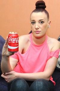 Guarda la versione ingrandita di Insetto, peli e oggetti nella mia CocaCola: inglese denuncia