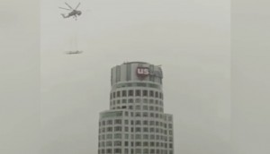 Scivolo esterno in cima al grattacielo messo con elicottero