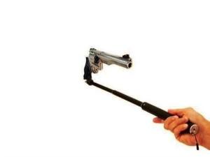 Selfie con la pistola in mano: parte colpo per sbaglio e...