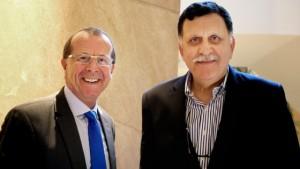 Libia: premier e governo arrivano a Tripoli con i gommoni
