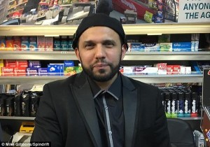 Negoziante musulmano fa auguri Pasqua. Accoltellato a morte