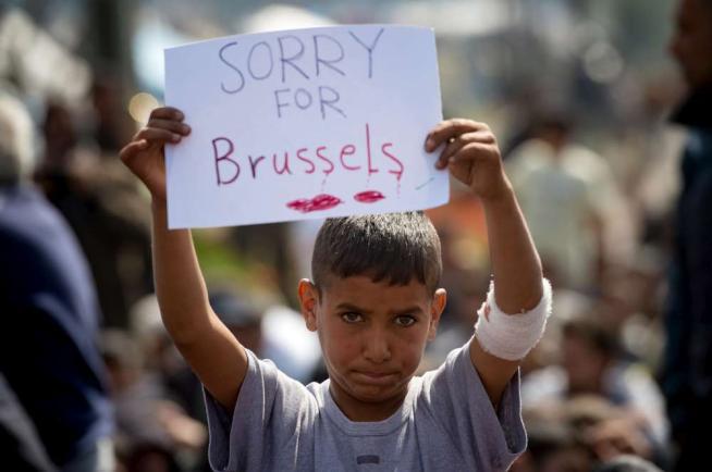 """Bruxelles, """"Sorry"""": il cartello di un bimbo profugo FOTO"""