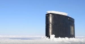 Sottomarino sbuca improvvisamente dai ghiacci artici