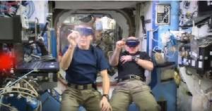 Astronauti giocano a Spice Invaders nello spazio