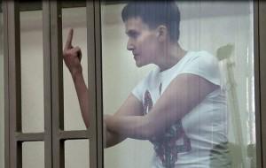 Top gun ucraina mostra dito medio al giudice