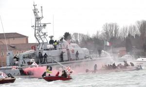 """YOUTUBE Venezia, """"battaglia navale"""" no Tav-polizia FOTO"""