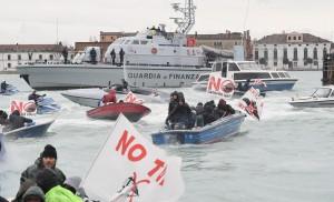 Corteo sull'acqua contro Tav e grandi navi a Venezia2