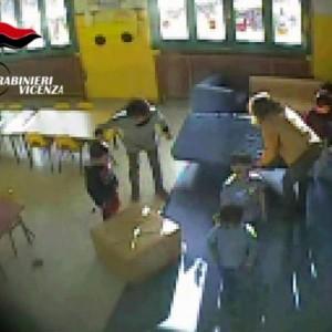 "YOUTUBE Vicenza: maestra asilo sputa a bimbo ""per educarlo"""