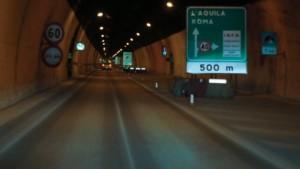 A24 chiusa, pullman in fiamme nel tunnel del Gran Sasso