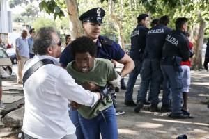 Padova, urina in strada. Immigrato prende a testate agente