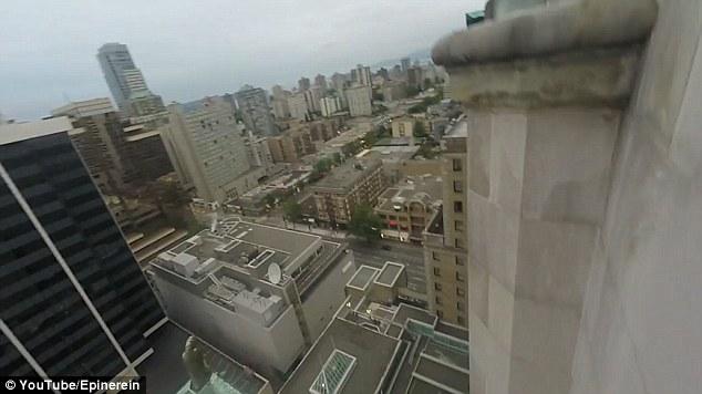 YOUTUBE Scalatore cade dal 17esimo piano dell'hotel 04