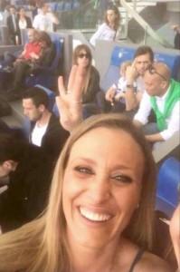 Lazio-Roma 1-4, Lulic dito medio in selfie tifosa romanista