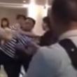 Aereo in ritardo: passeggeri aggrediscono hostess4