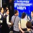 Aereo in ritardo: passeggeri aggrediscono hostess