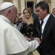 Antonio Banderas da Papa Francesco con Nicole Kimpel3