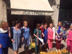Appuntamento con la moda al negozio Dettagli ai Parioli. Letizia Morini, al centro e vestita di verde, con le sue clienti-indossatrici
