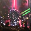 Axl Rose ha la gamba rotta: a Las Vegas canta seduto