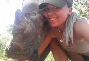 Baby rinoceronte dorme sulle gambe della veterinaria3