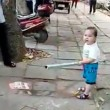 Bimbo cinese con spranga allontana i vigili urbani