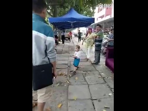 Bimbo cinese con spranga allontana i vigili urbani3