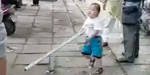 YOUTUBE Bimbo cinese con spranga allontana i vigili urbani