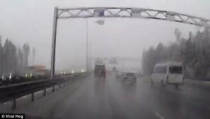YOUTUBE Blocco ghiaccio rompe parabrezza ad auto in transito