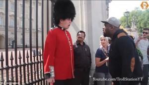 YOUTUBE Buckingham Palace: schiaffo a guardia, ma è scherzo