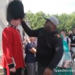 Buckingham Palace: schiaffo a guardia5
